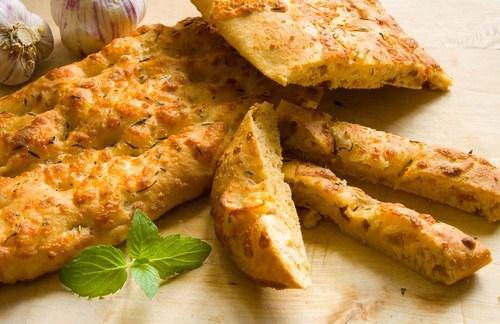 Фокачча с печеным чесноком, зеленым луком и сыром проволоне