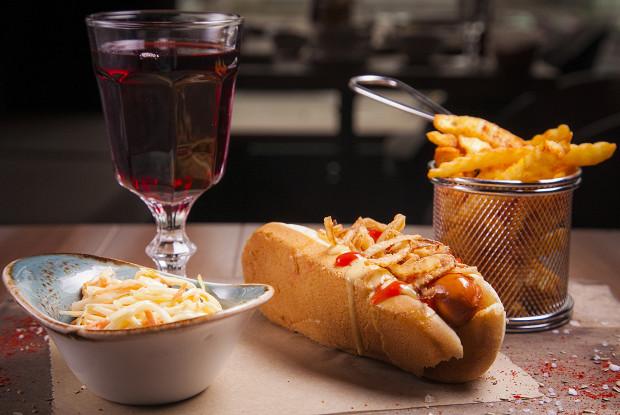Хот-дог Лакки Лучано с салатом коул слоу и луком фри