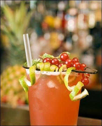 Новогодний коктейль с красной смородиной