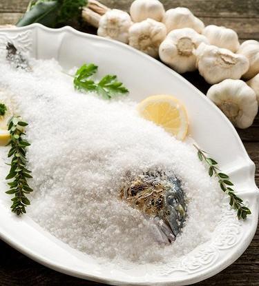 Морской окунь в соляной корке с травами