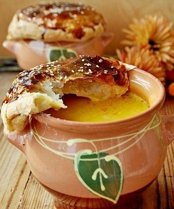 Тыквенный суп с креветками в горшочках, под слоеными крышечками
