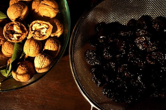 Чернослив, фаршированный грецким орехом, в сметанном соусе