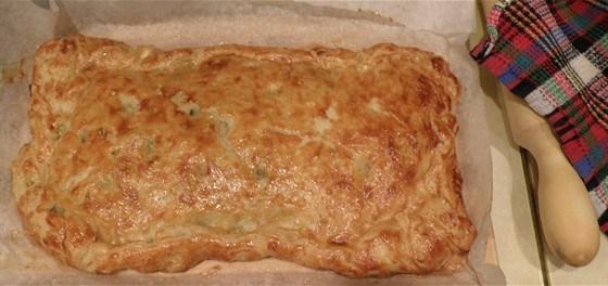 Пирог из слоеного теста с начинкой из капусты, зеленого лука и яйца