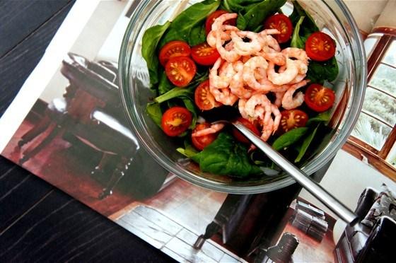 Салат из шпината и креветок