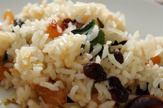 Сладкий рис с орешками кешью, сухофруктами и мятой