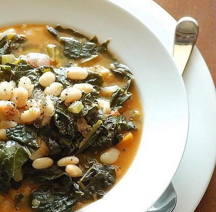 Овощной суп с листовой капустой и белой фасолью