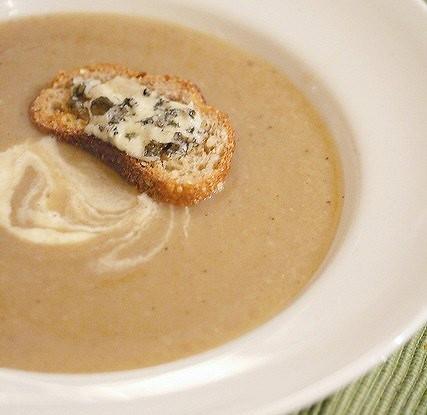 Суп-пюре из пастернака с луком-пореем и петрушкой