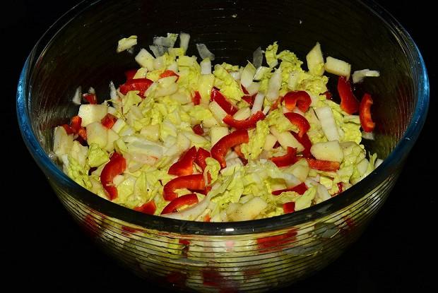 Легкий салат из пекинской капусты с яблоками и болгарским перцем