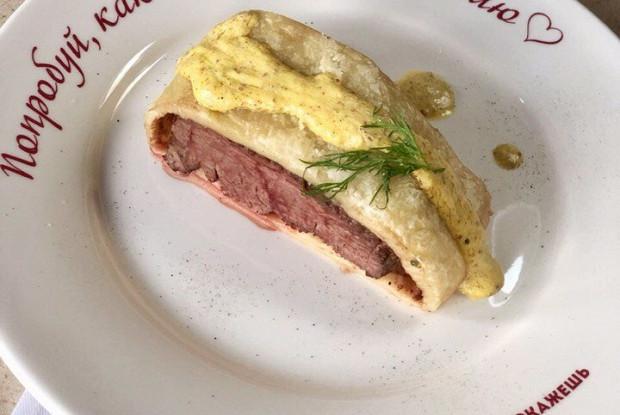 Запеченное мясо в тесте с горчицей