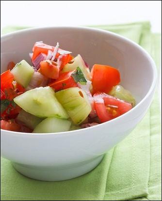 Огуречный салат с помидорами и портулаком