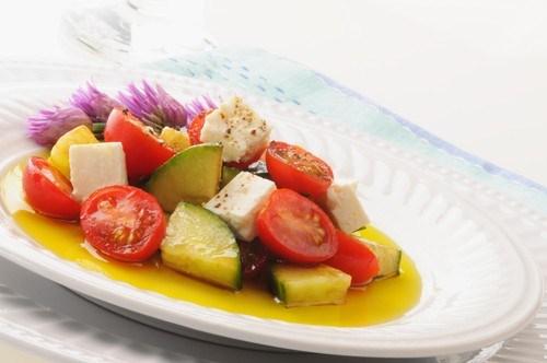 Свежий салат с черри, огурцом и фетой