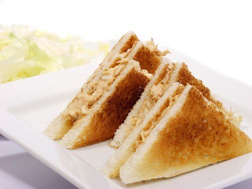 Быстрые сэндвичи с консервированным лососем и васаби