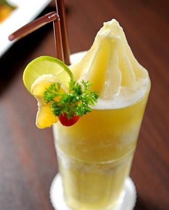 Манговый смузи с йогуртом с персиковым шербетом