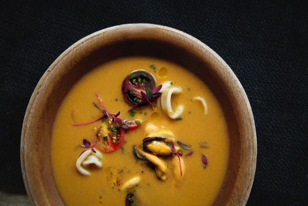 Суп из морепродуктов с вялеными томатами