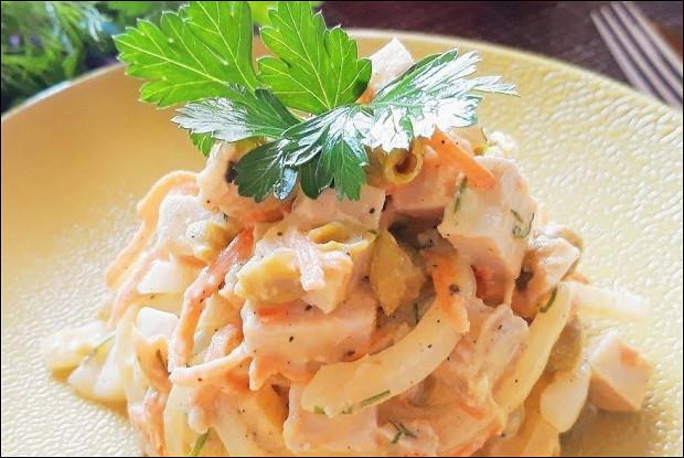 Салат с отварной свининой и зеленым горошком