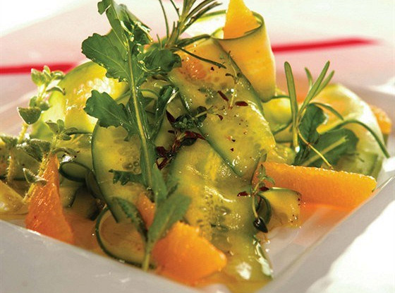 Салат из огурцов со свежими травами, дольками апельсина и цедрой