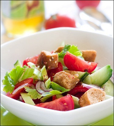 Томатный салат с сухариками на гриле и базиликом