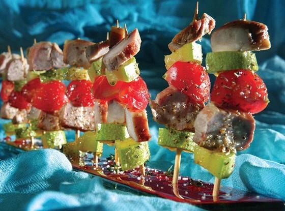 Мини-шашлыки из копченой свинины, помидоров черри и маринованных цукини