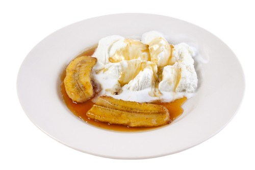 Жареные бананы с ванильным мороженым и карамельным соусом