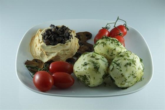 Обед из картофеля с грибами и овощными рулетами