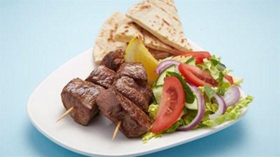 Кебаб из ягненка с салатом в греческом стиле