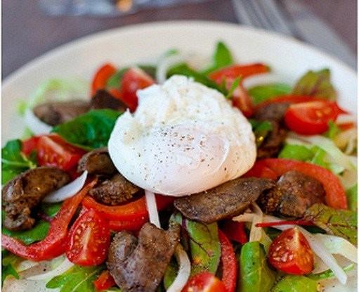 Салат с куриной печенью, белой фасолью и яйцом пашот