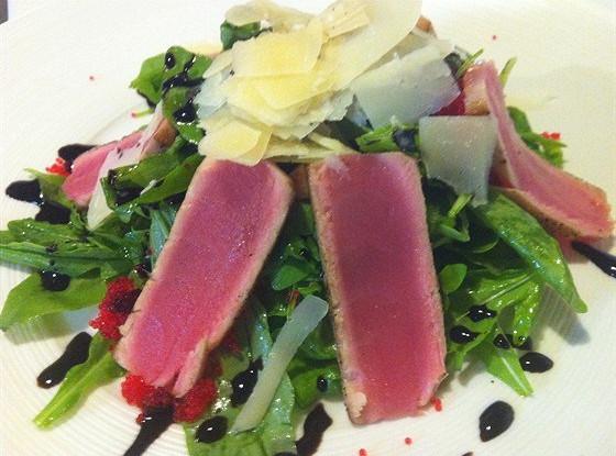 Салат из рукколы и тунца