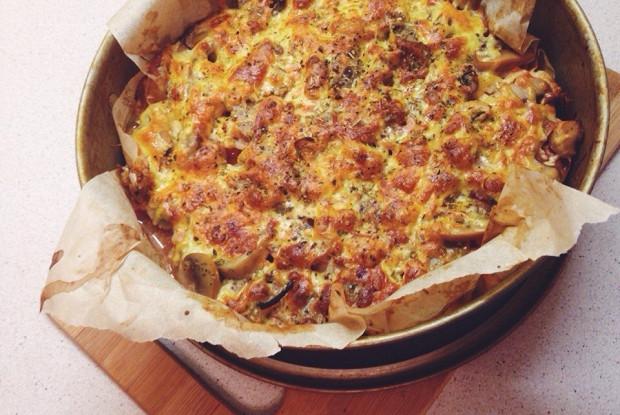 «Пицца» на тесте из куриного филе с помидорами и консервированными грибами