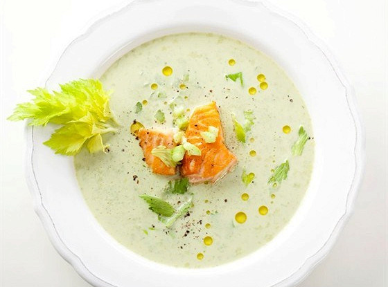 Суп из моцареллы с семгой и зеленью