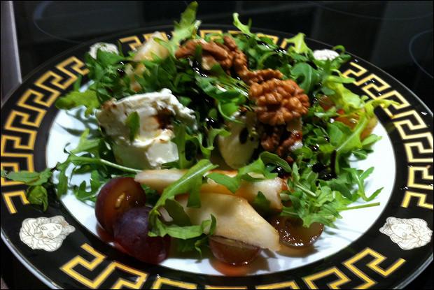 Салат с мягким сыром и грецкими орехами