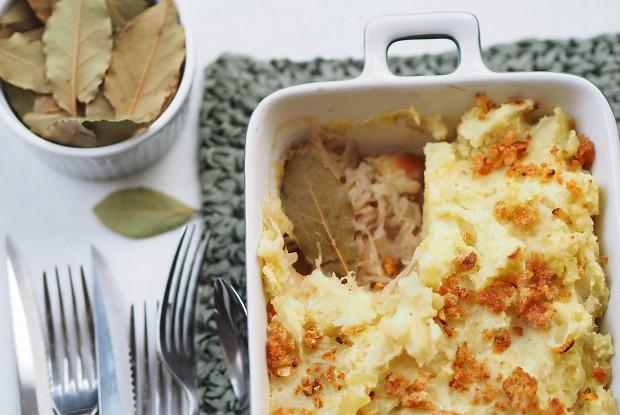 Картофельная запеканка с квашеной капустой и яблоками