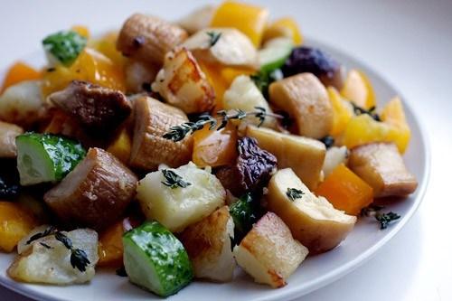 Теплый салат с королевскими вешенками, обжаренным картофелем и тимьяном