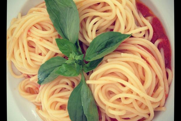 Спагетти с помидорами черри и базиликом
