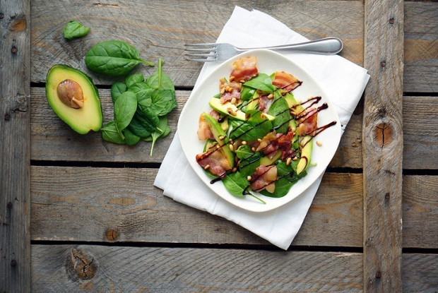 Салат с авокадо и беконом