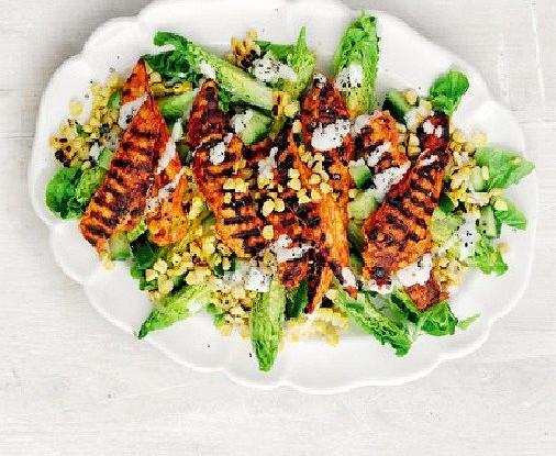 Жареная курица с кукурузным салатом