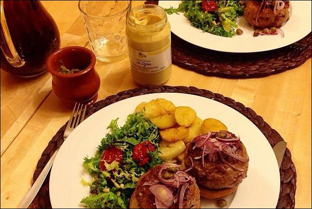 Говяжьи бургеры с голубым сыром, виски, красным луком и горчицей, с гарниром из картофеля
