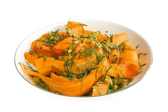 Салат из апельсина с зеленым горошком