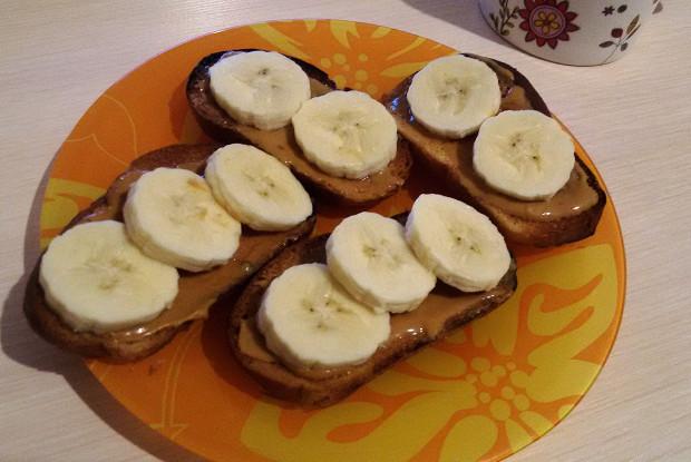 Тосты с арахисовой пастой и бананами