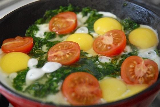 Яичница с перепелиными яйцами, шпинатом и помидорами черри