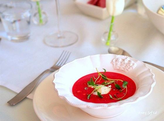 Свекольный суп с козьим сыром и тимьяном