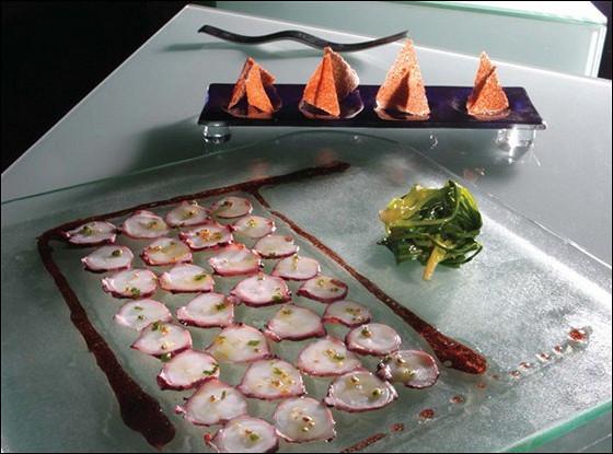 Карпаччо из осьминога в винном соусе, с салатом из рукколы