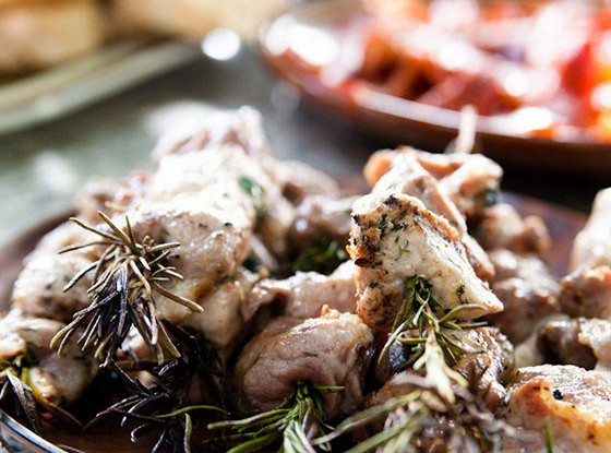 Свинина, жаренная на розмариновых шпажках
