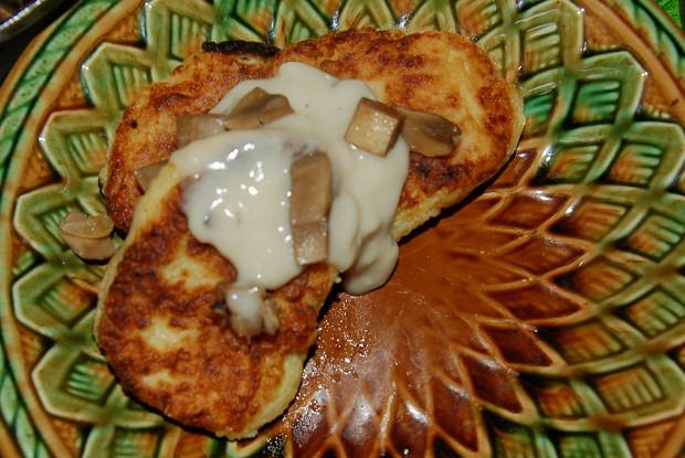 Картофельные котлеты с молочно-грибным соусом