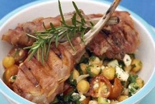Баранина в беконе на гриле с салатом из овощей и козьего сыра
