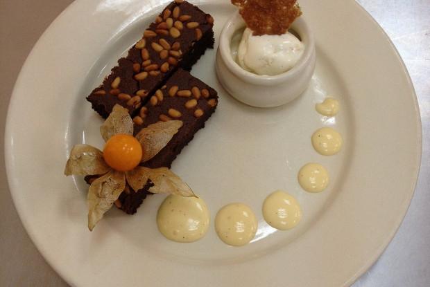 Шоколадный черемуховый пирог с ванильным мороженным
