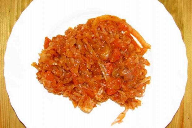 Капуста, тушеная с томатом и грудинкой
