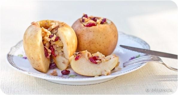 Яблоки, фаршированные сухофруктами, в меде