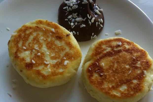 Печеные ванильные сырники с шоколадным соусом