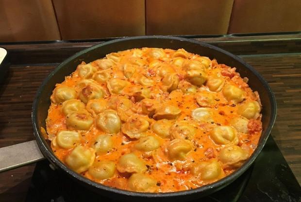 Тушеные пельмени с луком, томатами, сметаной и вустерширским соусом