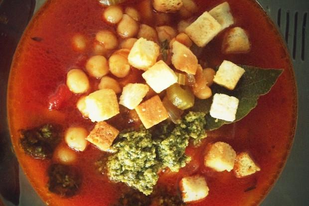 Суп с нутом, помидорами и крутонами